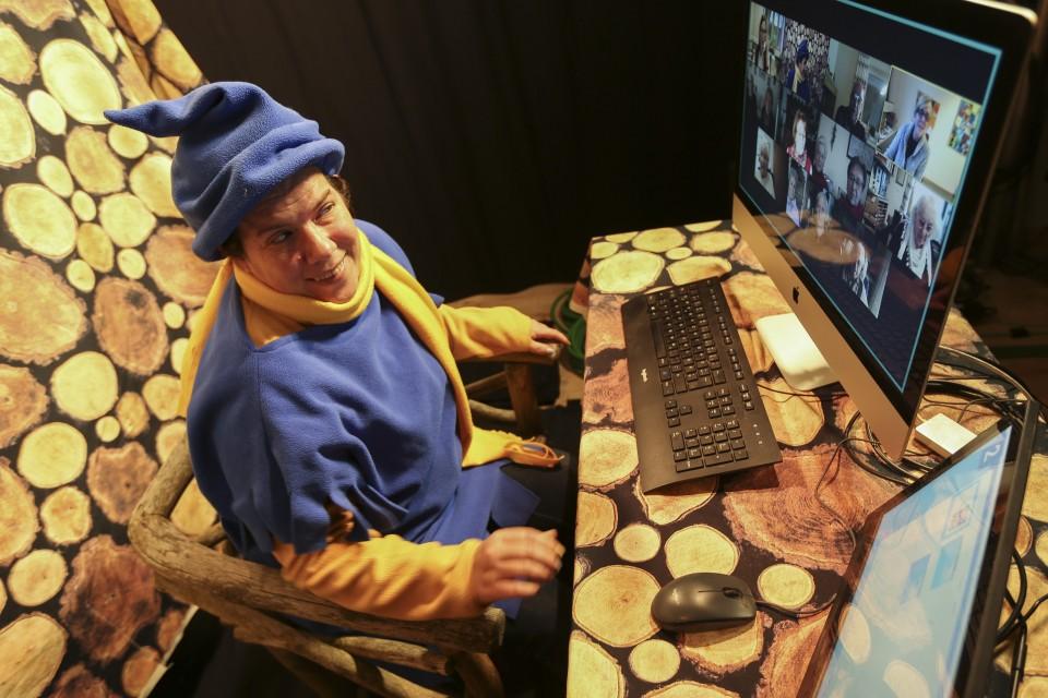 Der Wichtel beim digitalen Seniorentreff